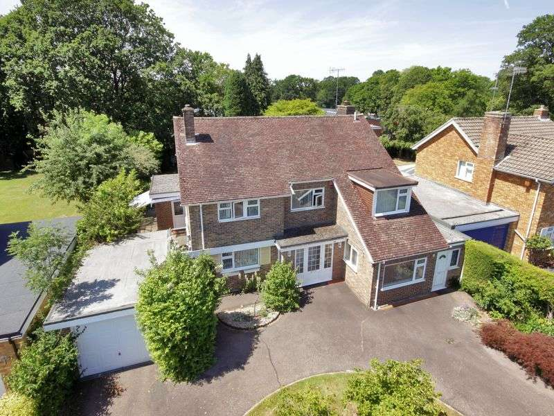 5 Bedrooms Detached House for sale in Grattons Drive, Pound Hill, Crawley, West Sussex