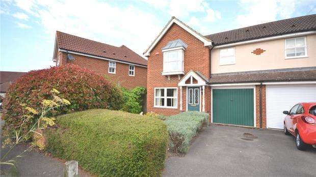 3 Bedrooms Semi Detached House for sale in Grensell Close, Eversley, Hook