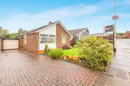 2 Bedrooms Bungalow for sale in Fairfield Drive, Burnley, Lancashire, BB10