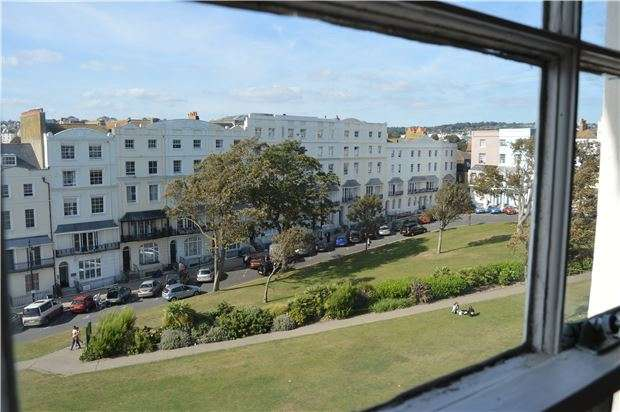 2 Bedrooms Flat for sale in Flat, Wellington Square, HASTINGS, East Sussex, TN34 1PB