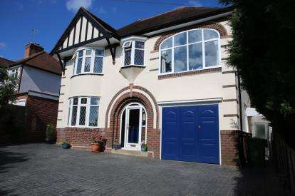 3 Bedrooms Detached House for sale in Stourbridge Road, Catshill, Bromsgrove