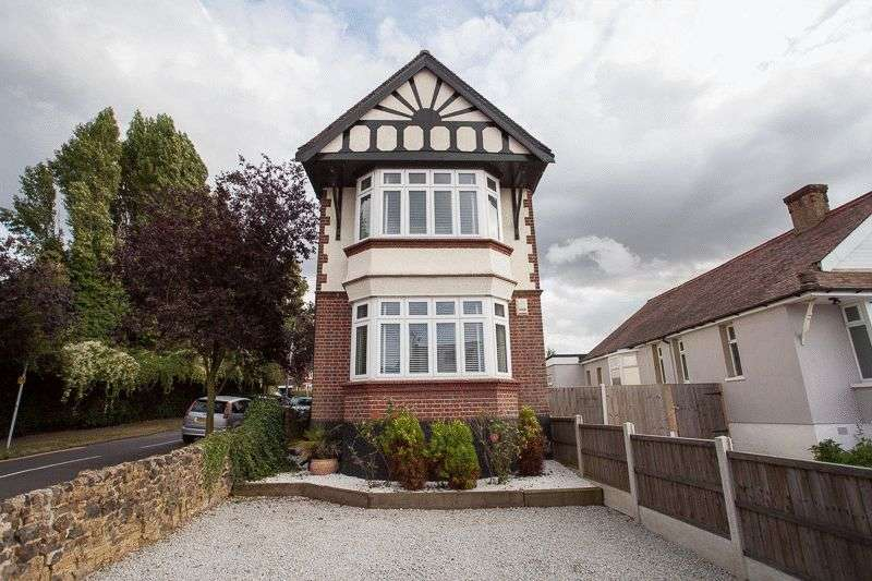 3 Bedrooms Detached House for sale in Fernleigh Drive, Leigh-On-Sea
