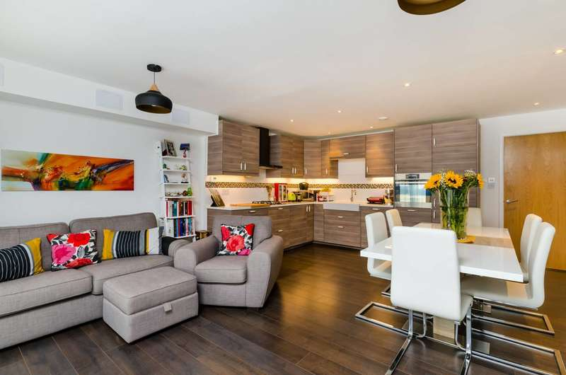 2 Bedrooms Flat for sale in Chandler Way, Peckham, SE15