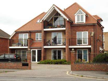 2 Bedrooms Flat for sale in Merryvale Court, Southbourne, Bournemouth