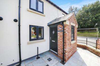 2 Bedrooms Cottage House for sale in Crown Inn Cottages, Fingerpost Lane, Norley