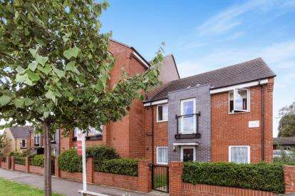 2 Bedrooms Flat for sale in Paling Close, Wellingborough, Northamptonshire, England