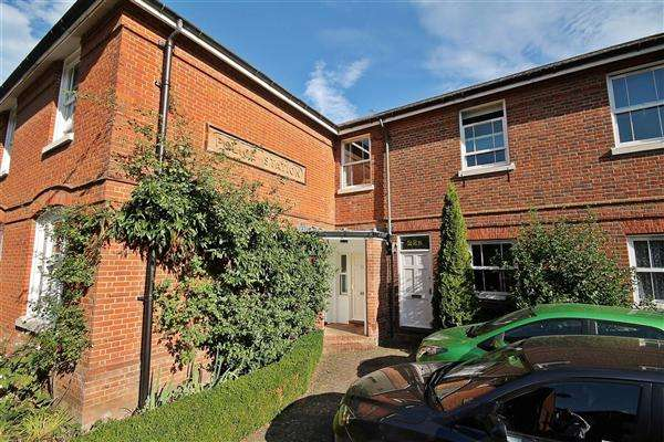 2 Bedrooms Terraced House for sale in Kirbys Lane, Canterbury