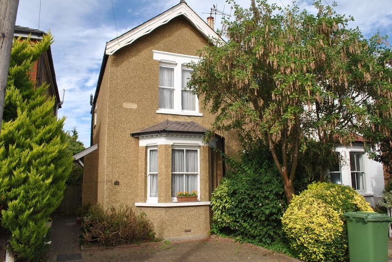 3 Bedrooms Detached House for sale in East/West Molesey