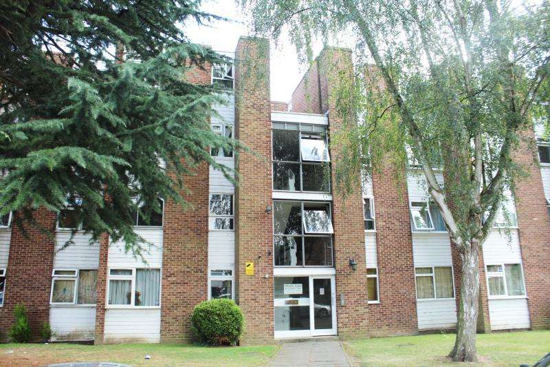 2 Bedrooms Flat for sale in Gatewick Close