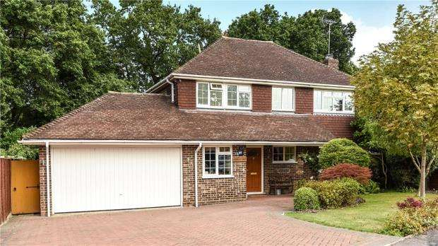 4 Bedrooms Detached House for sale in 3 Canberra Close, Yateley, Hampshire, GU46 7PZ