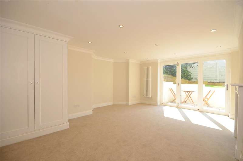 5 Bedrooms Link Detached House for sale in Somerset Road, Meadvale, Surrey