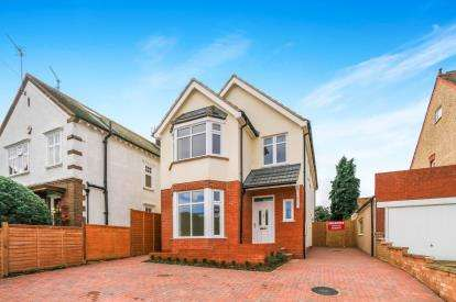 4 Bedrooms Detached House for sale in Wellingborough Road, Rushden, Northamptonshire