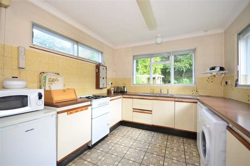 2 Bedrooms Bungalow for sale in Daymerslea Ridge, Leatherhead, Surrey
