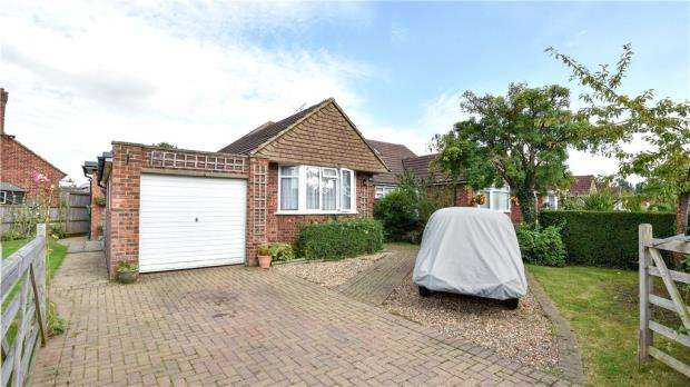 3 Bedrooms Semi Detached Bungalow for sale in Queenhythe Road, Jacob's Well, Guildford