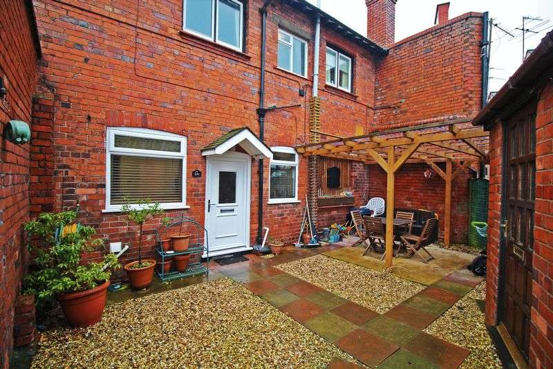 3 Bedrooms Terraced House for sale in Station Avenue, Chirk