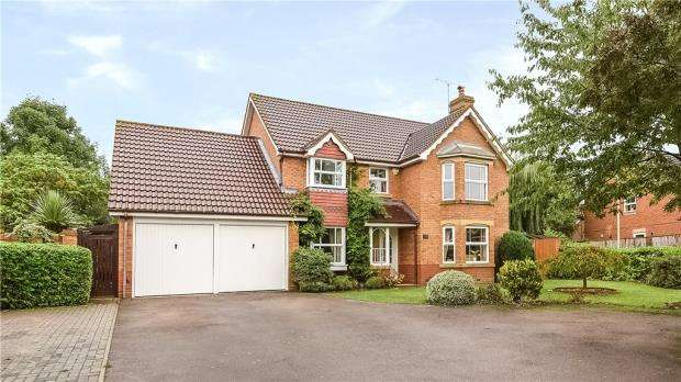 5 Bedrooms Detached House for sale in Hurricane Way, Woodley, Reading