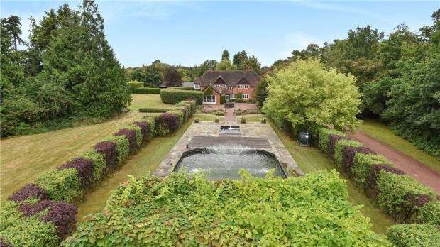 5 Bedrooms Detached House for sale in Reading Road, Mattingley, Hook, RG27 8JY