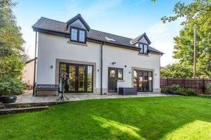 4 Bedrooms Detached House for sale in Kinnaird Gardens, Buxton