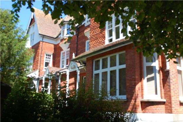 2 Bedrooms Flat for sale in Granville Road, EASTBOURNE, BN20 7EG