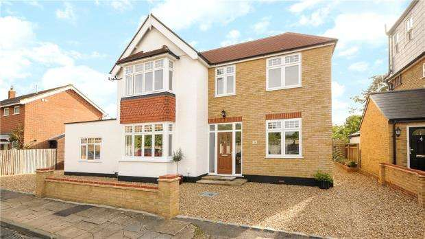 4 Bedrooms Detached House for sale in Crescent Road, Shepperton, Surrey