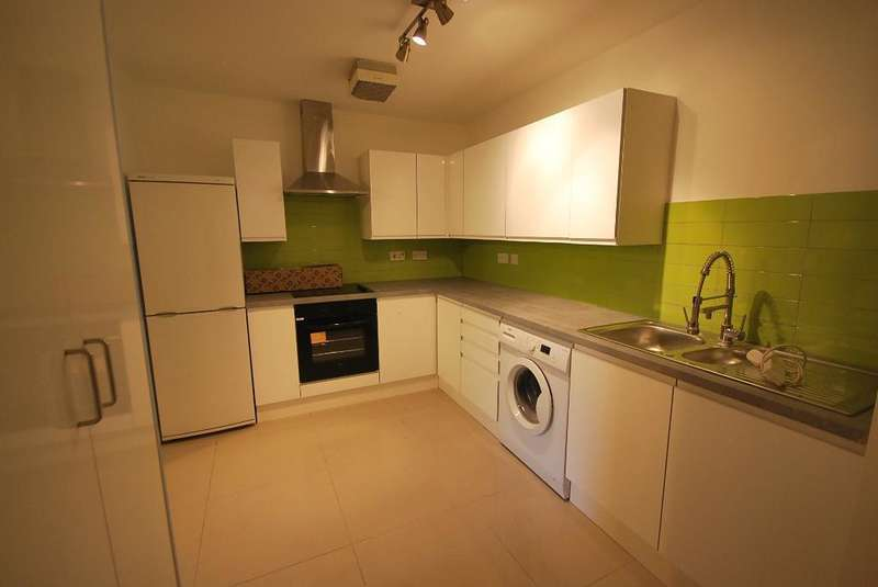 3 Bedrooms Flat for sale in Whiteoak Road, Fallowfield, Manchester, M14 6WT