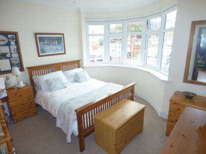 2 Bedrooms Bungalow for sale in Rainham, Essex