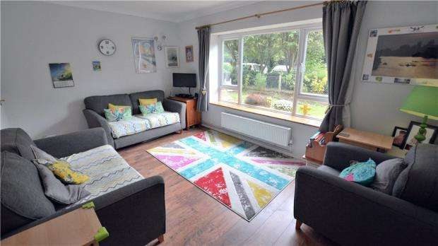 2 Bedrooms Maisonette Flat for sale in North Orbital Road, Denham, Uxbridge