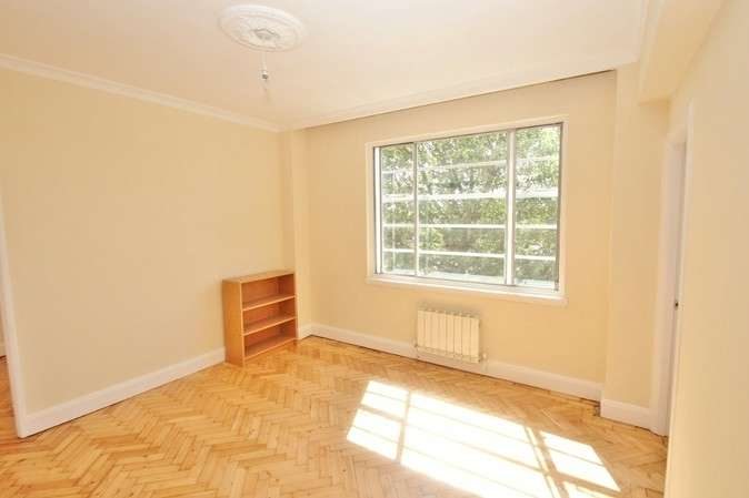 2 Bedrooms Flat for sale in Kings Court, Hamlet Gardens, London