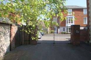 2 Bedrooms Flat for sale in The Clock House, North Street, Midhurst, West Sussex