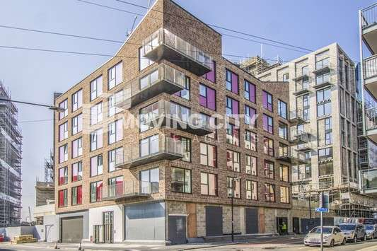 3 Bedrooms Flat for sale in St Lukes Square, Canning Town