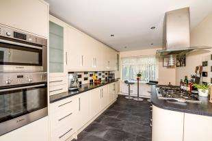 4 Bedrooms Bungalow for sale in Hazeldown Close, River, Dover, Kent