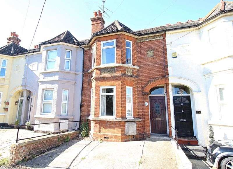 3 Bedrooms Terraced House for sale in Grange Road, Tongham