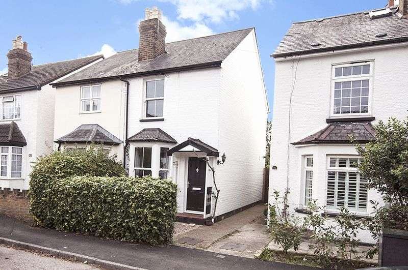3 Bedrooms Semi Detached House for sale in Cambridge Road, Walton-On-Thames.