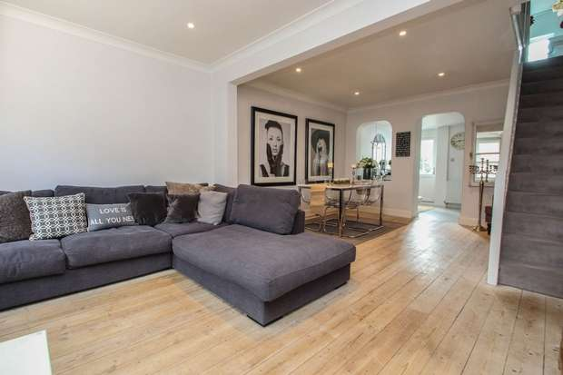 3 Bedrooms Terraced House for sale in Station Road, Claygate, Esher