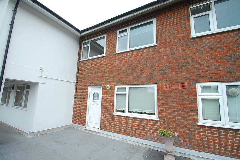 2 Bedrooms Flat for sale in St Peters Court, High Street, Chalfont St. Peter, SL9