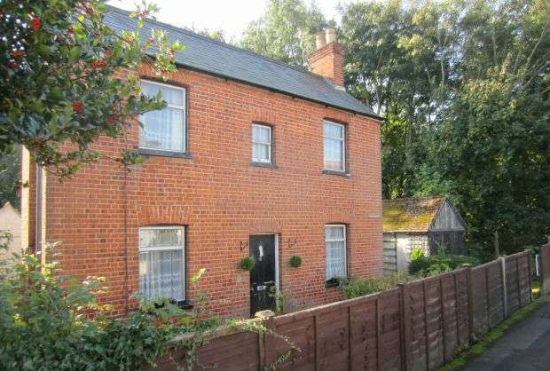 2 Bedrooms Detached House for sale in Period Detached Character Cottage in the Village.