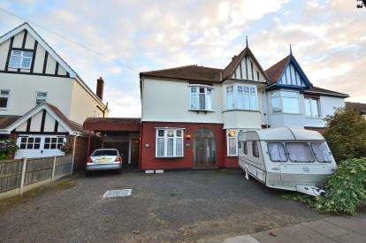 5 Bedrooms Semi Detached House for sale in Shoeburyness, Southend-On-Sea, Essex