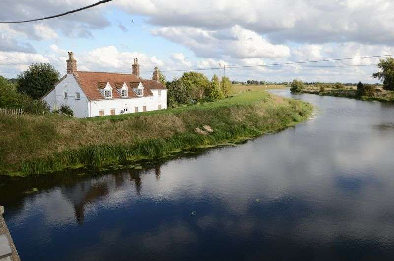 3 Bedrooms Cottage House for sale in Tattershall Bridge Cottage, Sleaford Road, Tattershall