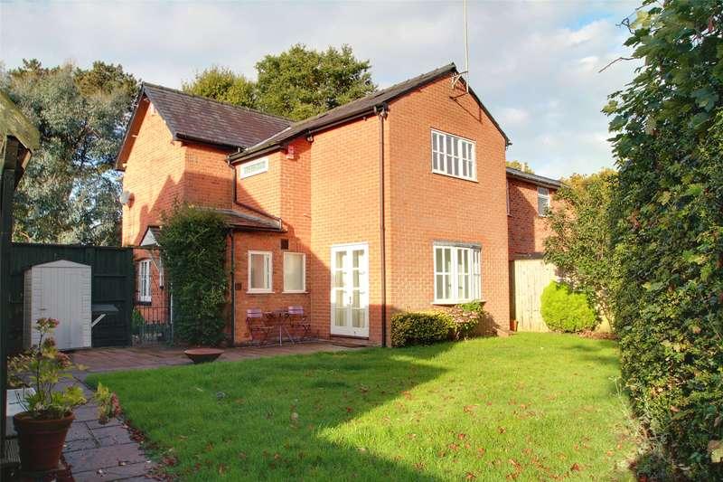 3 Bedrooms Semi Detached House for sale in Pretoria Cottages, Lyne Lane, Lyne, Surrey, KT16