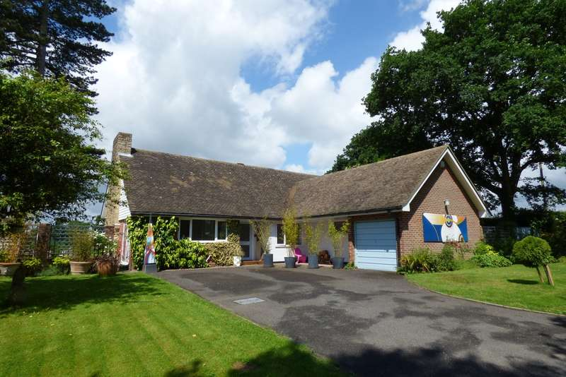3 Bedrooms Detached Bungalow for sale in Weavers Close, Easebourne, Midhurst, GU29