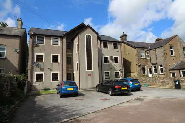 2 Bedrooms Flat for sale in Canal Gardens, Carnforth, Lancashire, LA5 8EE