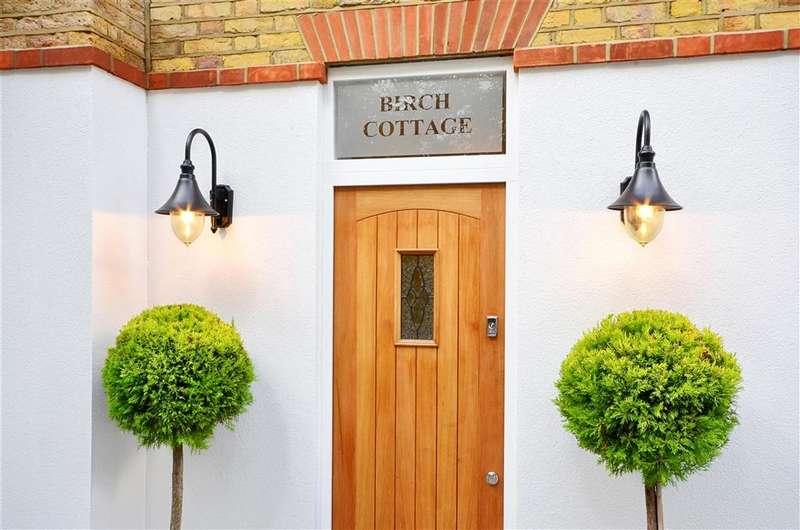 3 Bedrooms Semi Detached House for sale in Mott Street, Loughton, Essex