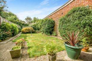 2 Bedrooms Semi Detached House for sale in Church Road, Horley, Surrey