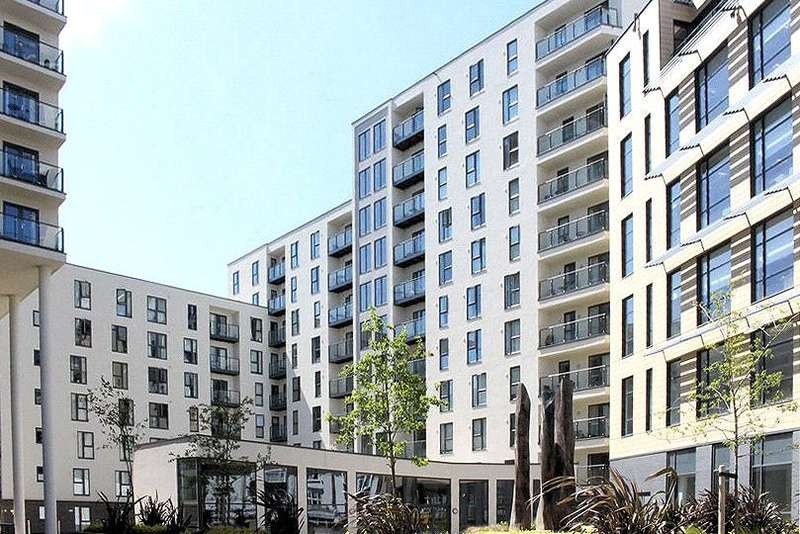 2 Bedrooms Apartment Flat for sale in Nankeville Court, Guildford Road, Woking, Surrey, GU22