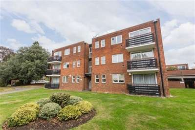 2 Bedrooms Flat for sale in Parkmore Close, Woodford Green