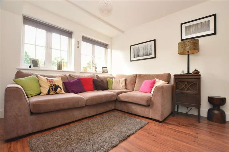 2 Bedrooms Flat for sale in Brookfield Drive, Horley, Surrey