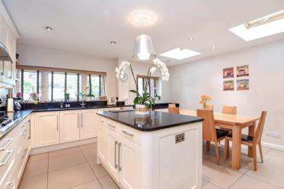 5 Bedrooms Detached House for sale in Austell Gardens, Mill Hill, London