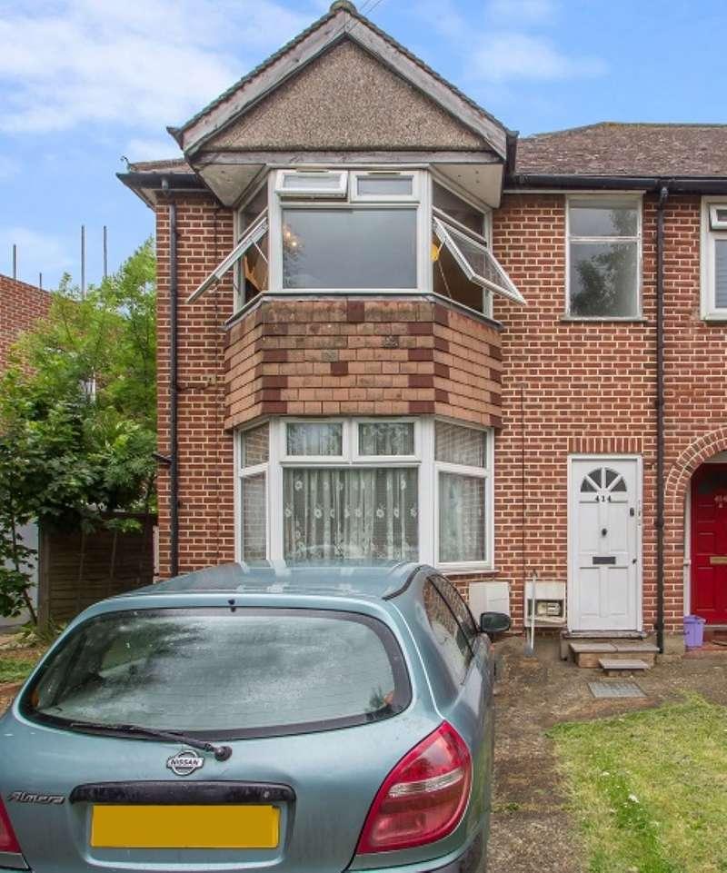 2 Bedrooms Ground Flat for sale in Ground Floor Flat, Hillcross Avenue, Morden, Surrey, SM4 4EX