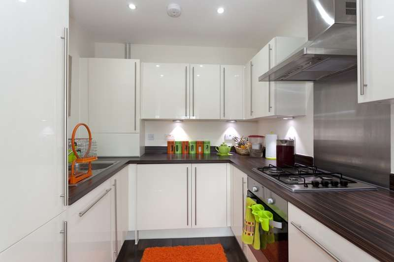 2 Bedrooms Flat for sale in Lexington Drive, Haywards Heath, West Sussex, RH16