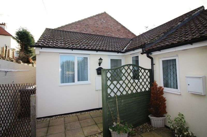 2 Bedrooms Bungalow for sale in Lyme Road, Axminster